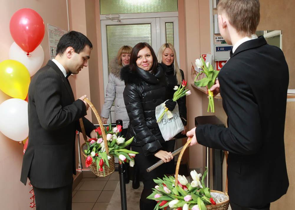 вручение цветов на 8 марта