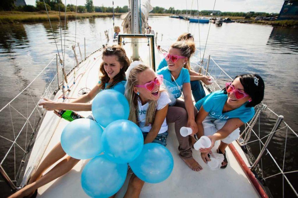 отметить девушке 18-летие шикарно на яхте