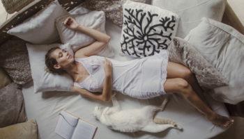 Куда правильно спать головой — на запад или восток