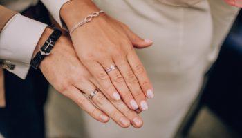 Кольцо на безымянном пальце руки