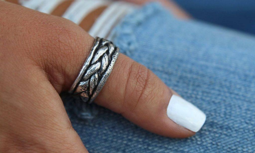 Кольцо на большом пальце руки
