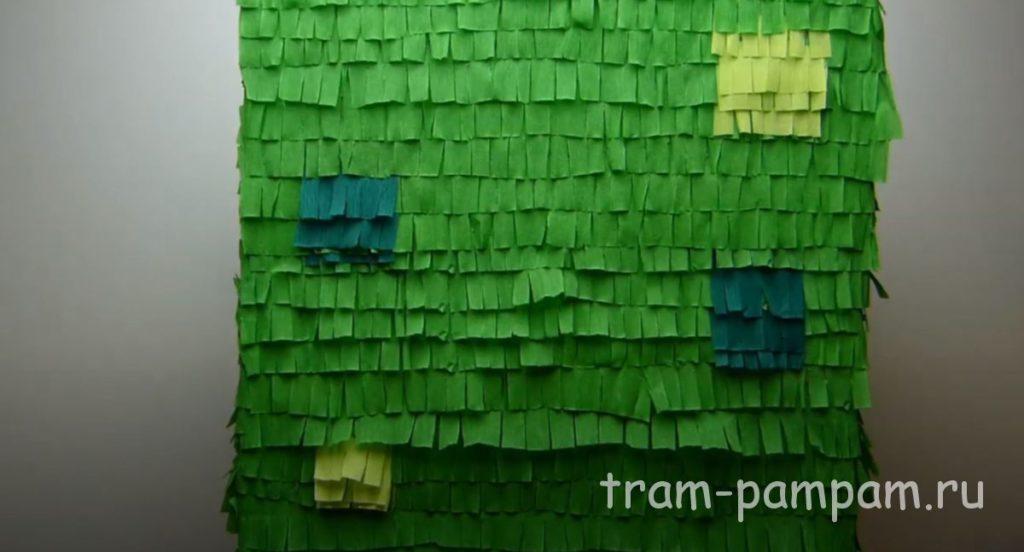 полностью обклеиваем зеленой бахромой