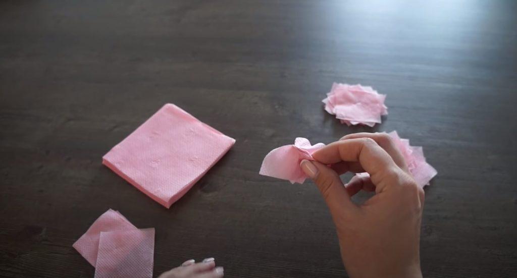 капаем клей на салфетку
