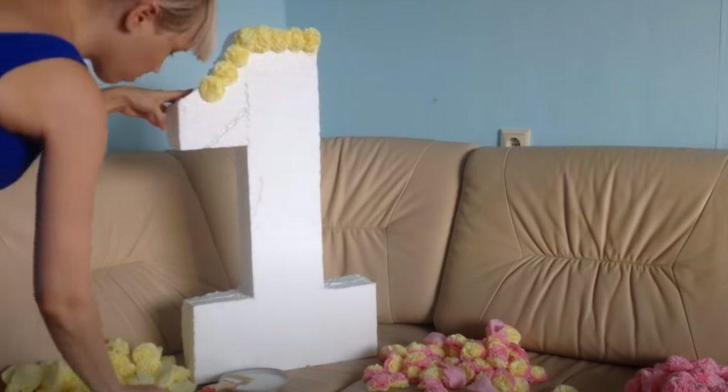 обклеиваем объемную картонную цифру цветами из салфеток